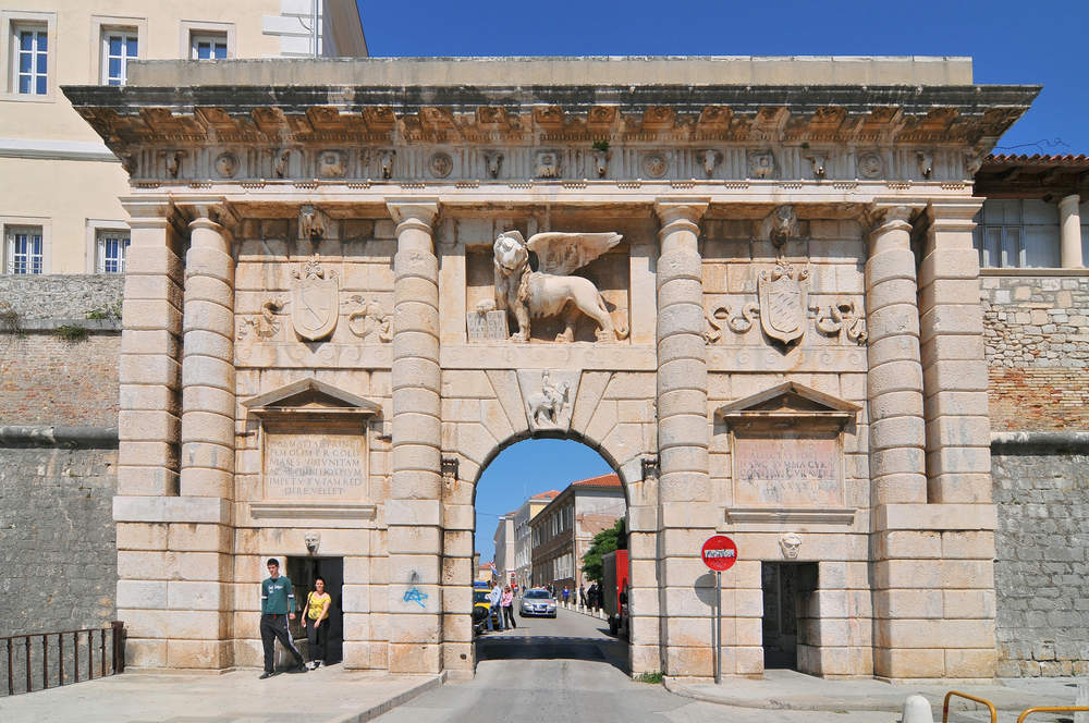 porta-leone-zara-ph-Cezary-Wojtkowski-Shutterstock